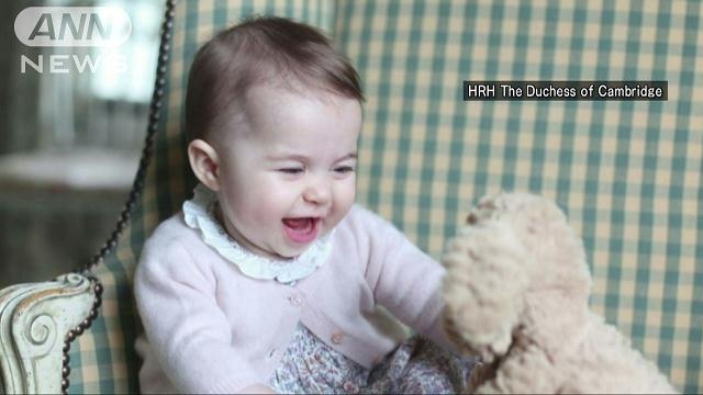 大きな目をぱっちり…シャーロット王女、自宅で笑顔の画像
