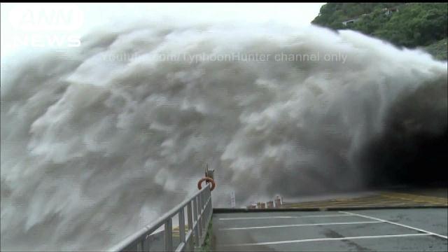 圧倒的迫力!台風で増水したダムから緊急放水 台湾