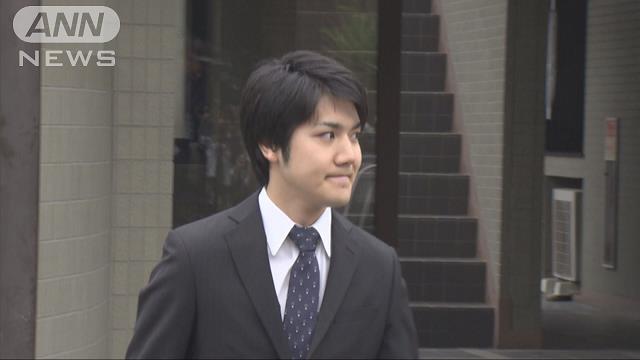 小室圭さんカメラの前で笑顔 横浜の自宅を出発