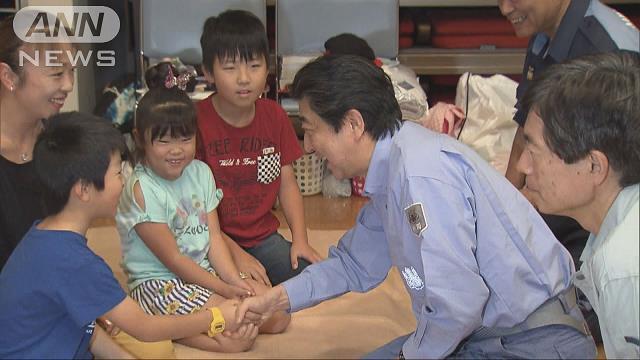 安倍総理が広島視察 避難所で被災者を激励